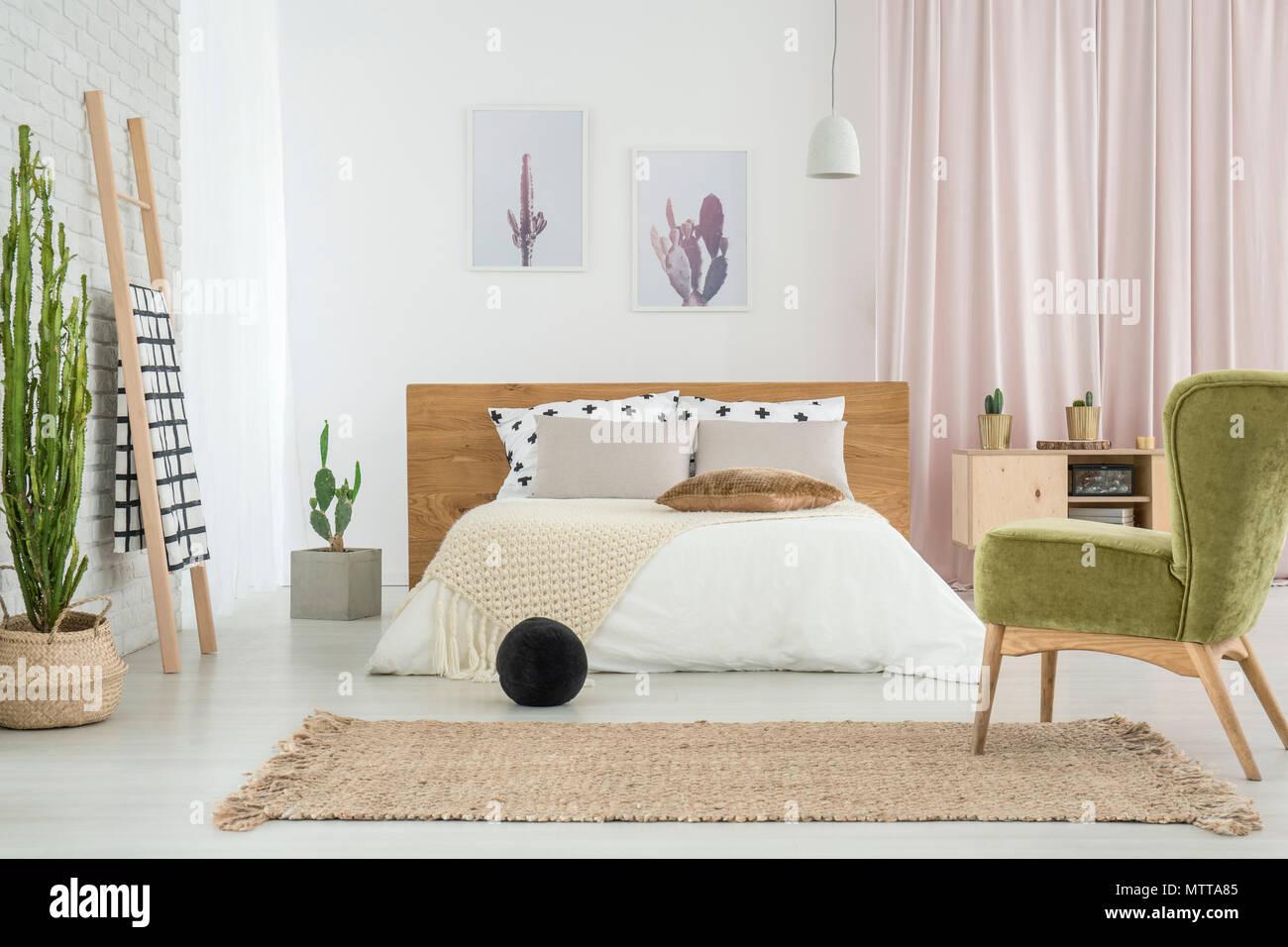 Lieblich Green Retro Stuhl Und Schwarze Kugel Im Schlafzimmer Mit Poster An Der Wand  über Kingsize Bett Und Cactus Neben Leiter