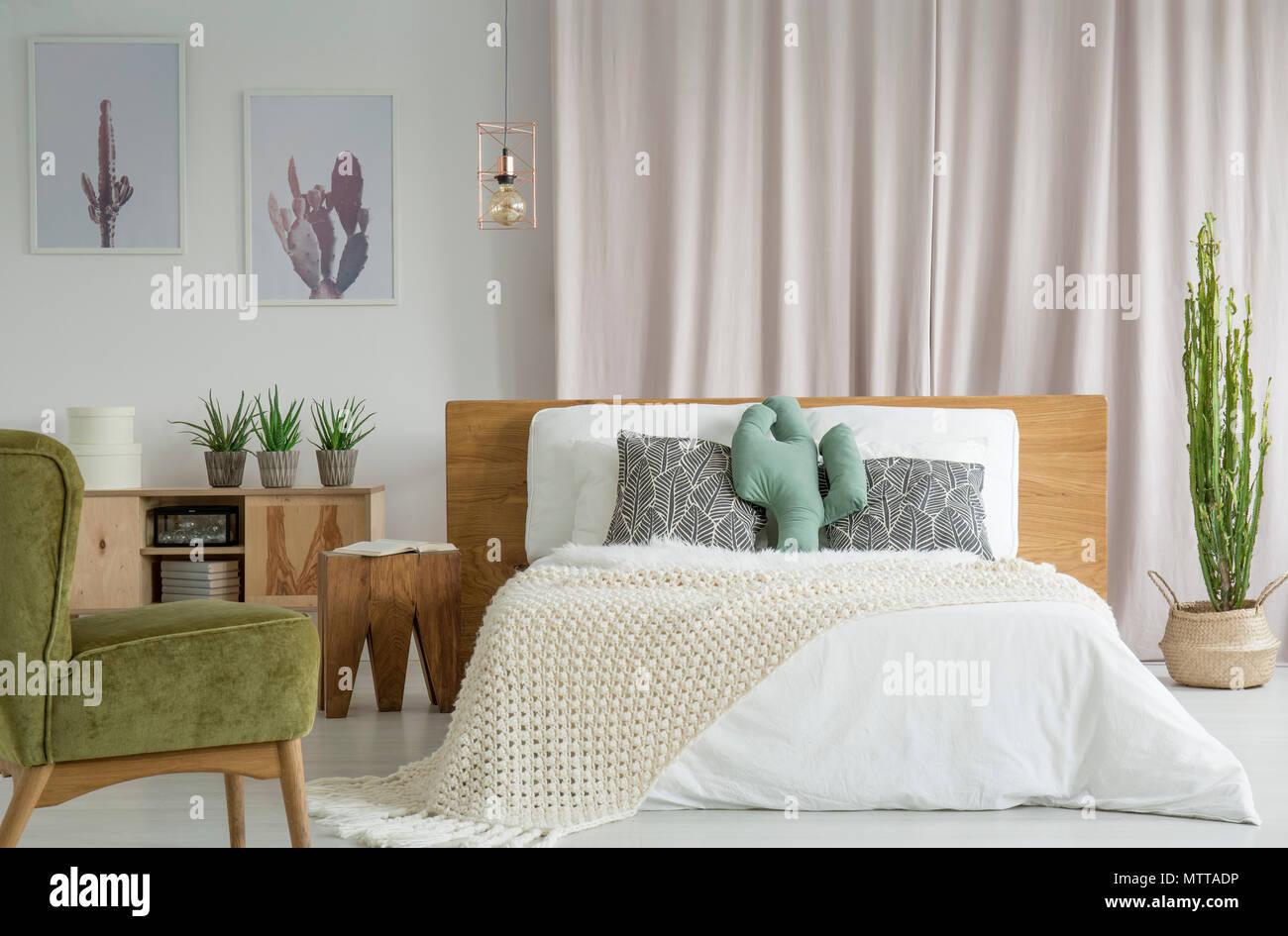Grün Vintage Sessel im Schlafzimmer mit Kakteen, rustikale Möbel und ...