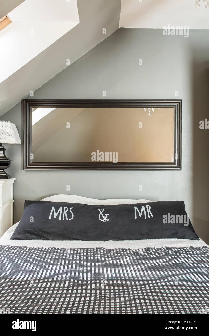Neue Schlafzimmer im Dachgeschoss mit Spiegel, großes Bett ...