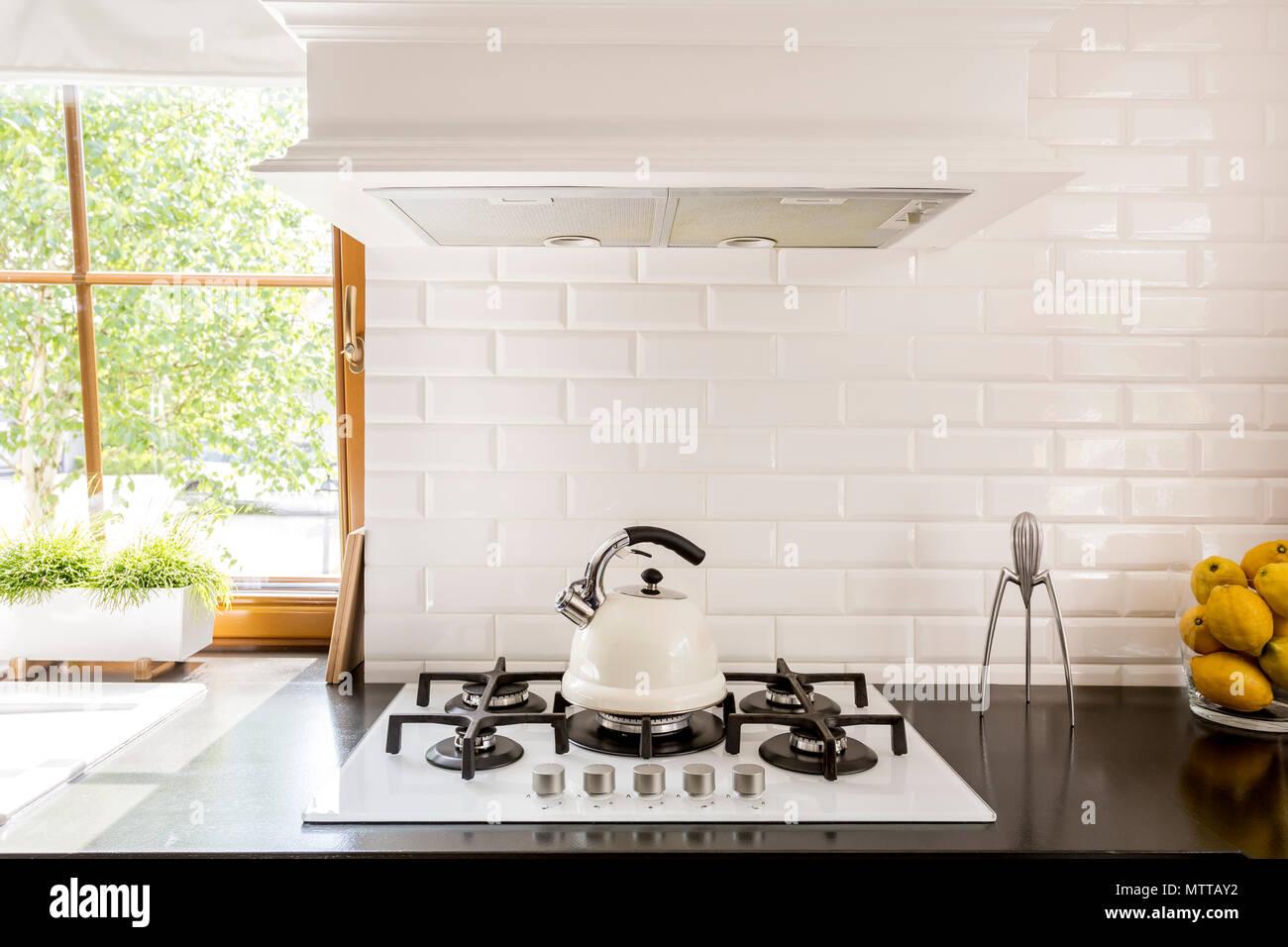 Neue Küche mit dunklen Arbeitsplatte, weiß Gasherd und ...