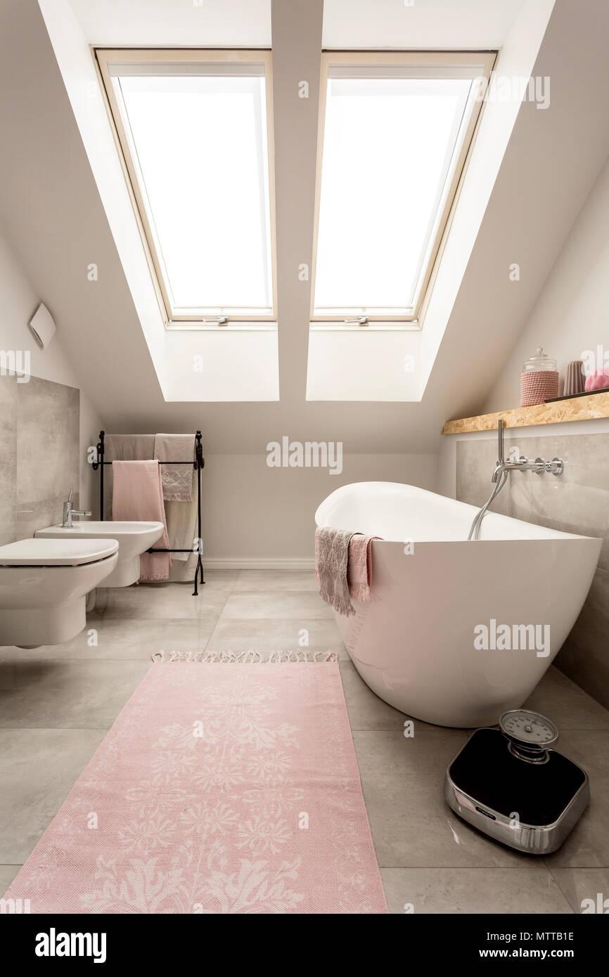 Neues Design im Dachgeschoss Badezimmer mit großen Fenstern, Bad mit Badewanne, WC und Bidet Stockfoto