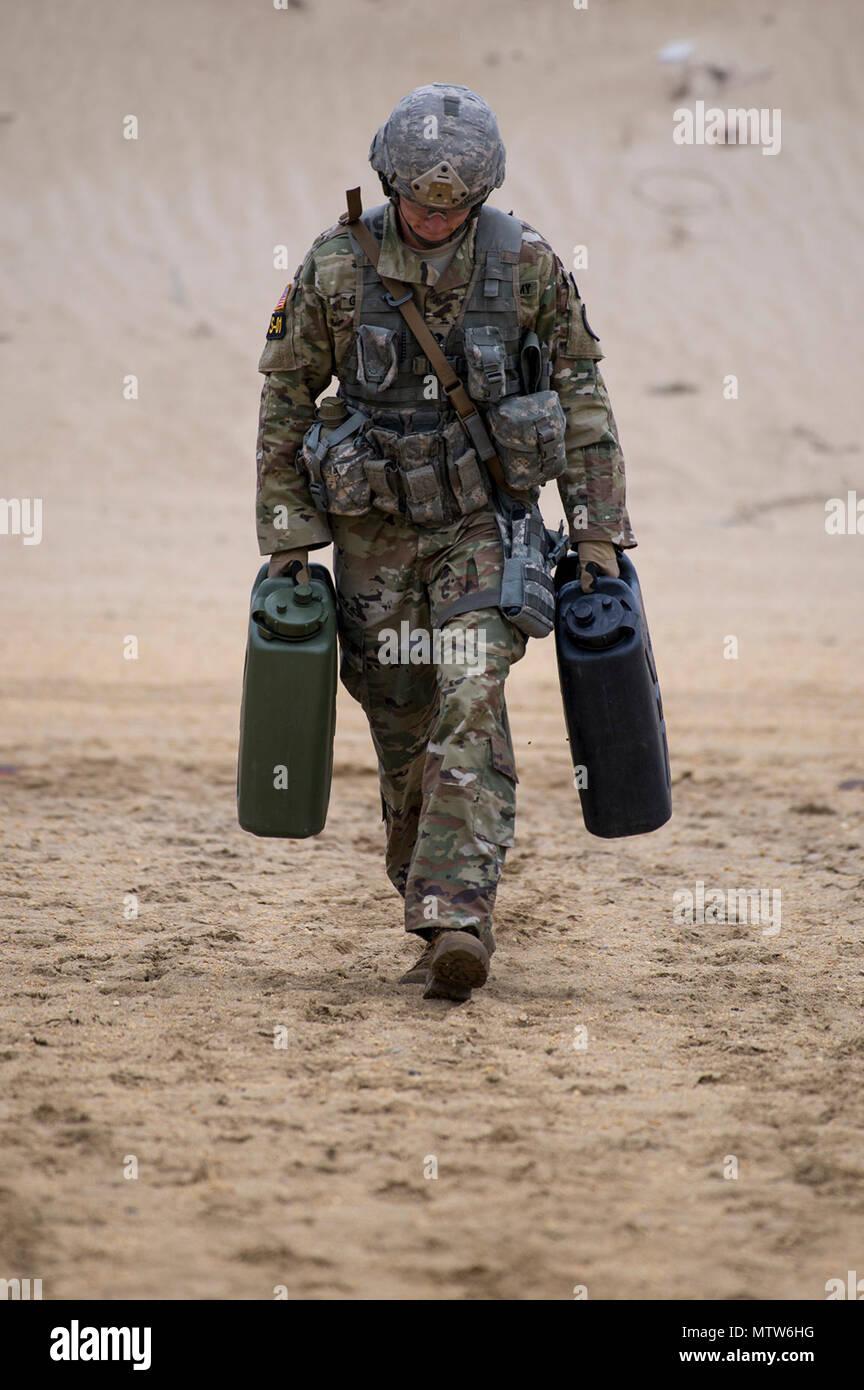New Jersey Army National Guard Spezialist Joseph Garback Trägt Ein Paar  Wasser Container Von Einem