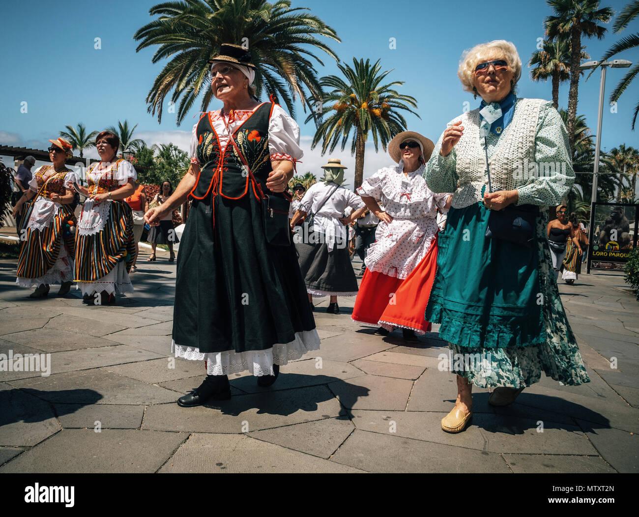 Puerto de la Cruz, Teneriffa, Kanarische Inseln - 30. Mai 2017: Kanaren Menschen in traditionellen Kleidern bekleidet Spaziergang entlang der Straße, Zeichen und Tanz. Loca Stockbild