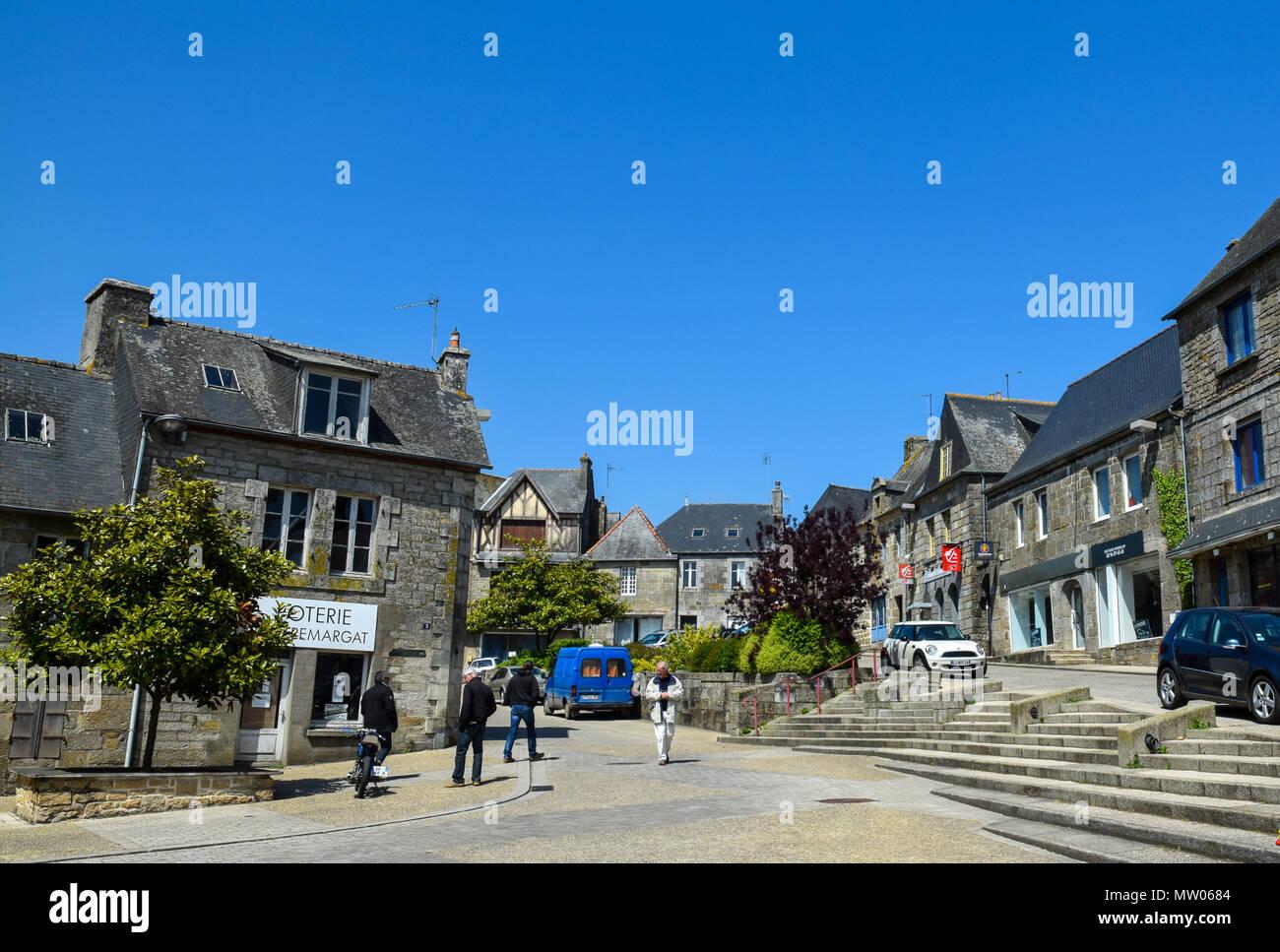 Klar und wolkenlos tief blauen Himmel an einem Wochenende Rostrenan, Bretagne, Frankreich. Stockbild