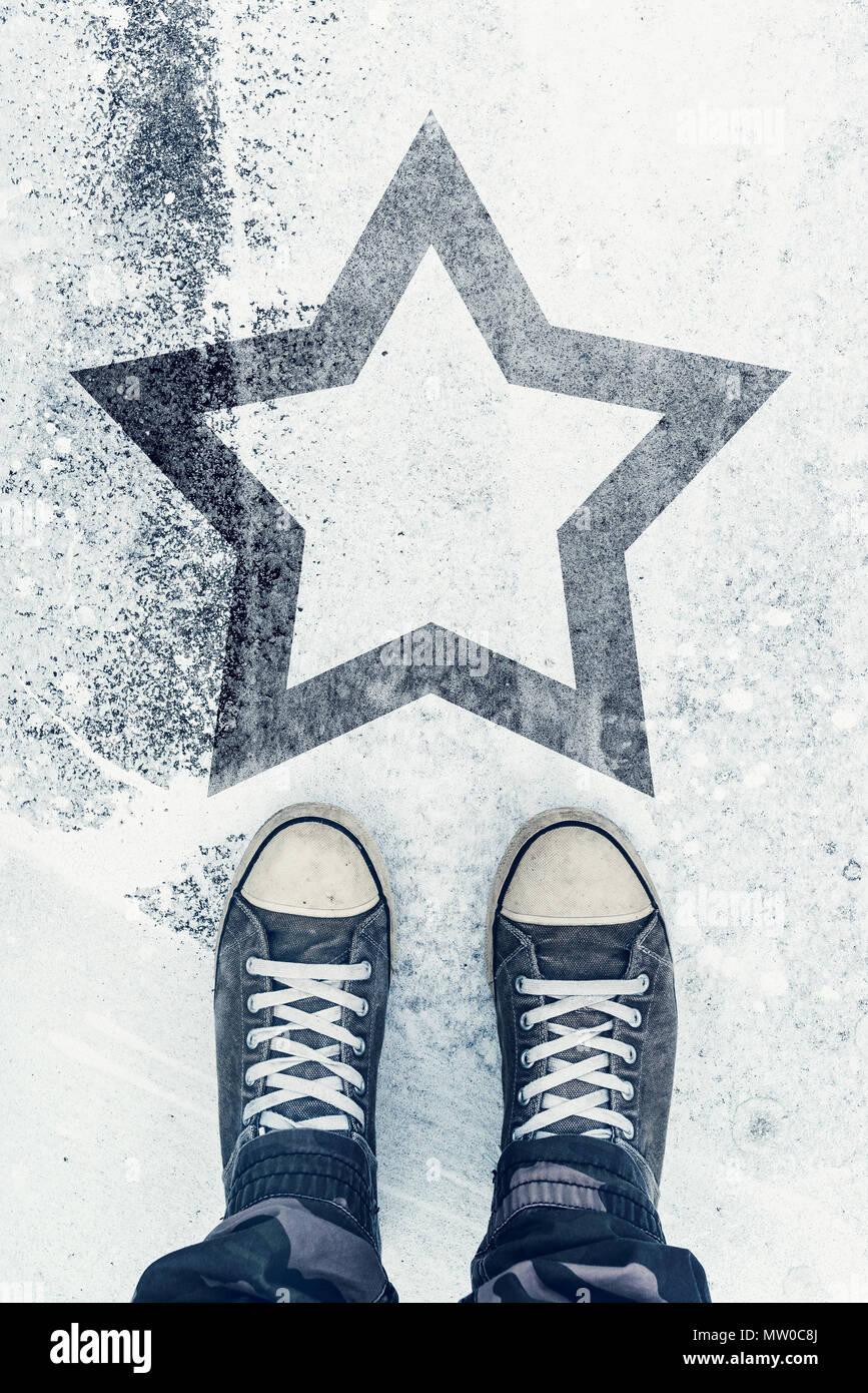 Qualifizierte und begabte Person auf der Straße mit Star Sign Impressum - Talent, vip, Preis und Auszeichnung Konzept Stockbild