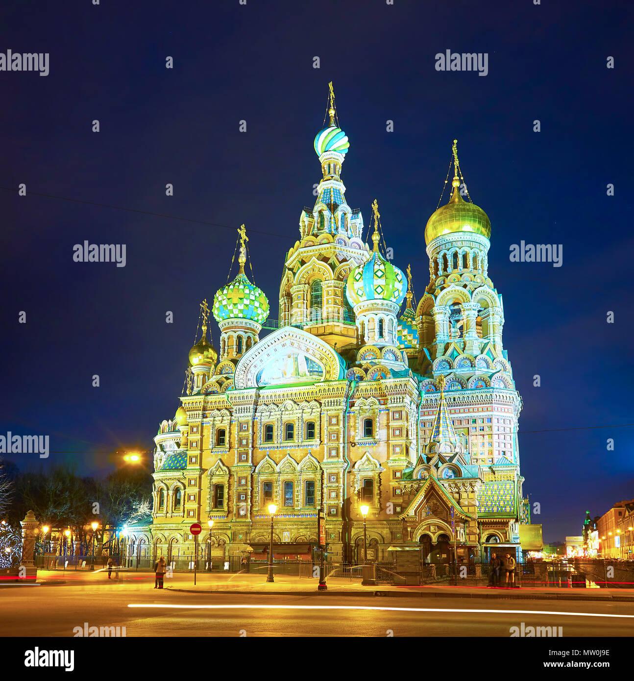 Sankt Petersburg, Russland - 26 April 2015: Die schöne Kirche des Erlösers auf Blut mit schönen Stadt Beleuchtung, die am 26. April in St. Petersbu Stockbild