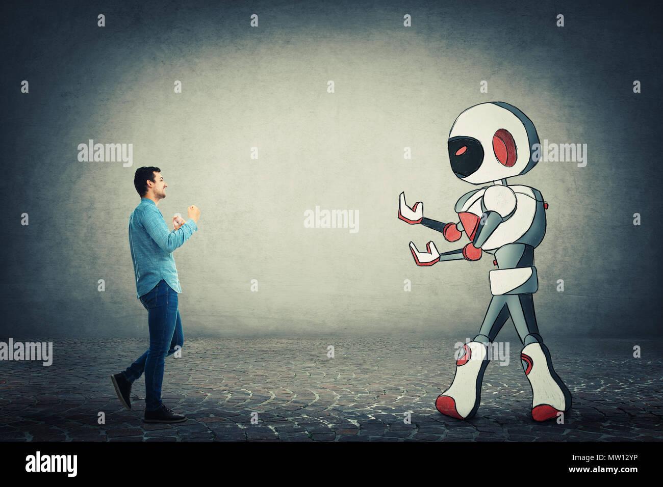 Junge Unternehmer holding Fäuste bereit, gegen Roboter zu kämpfen. Rivalität zwischen Mensch und Technik. Gefahr des Verlusts der Job, Austausch der menschlichen Arbeit Stockbild