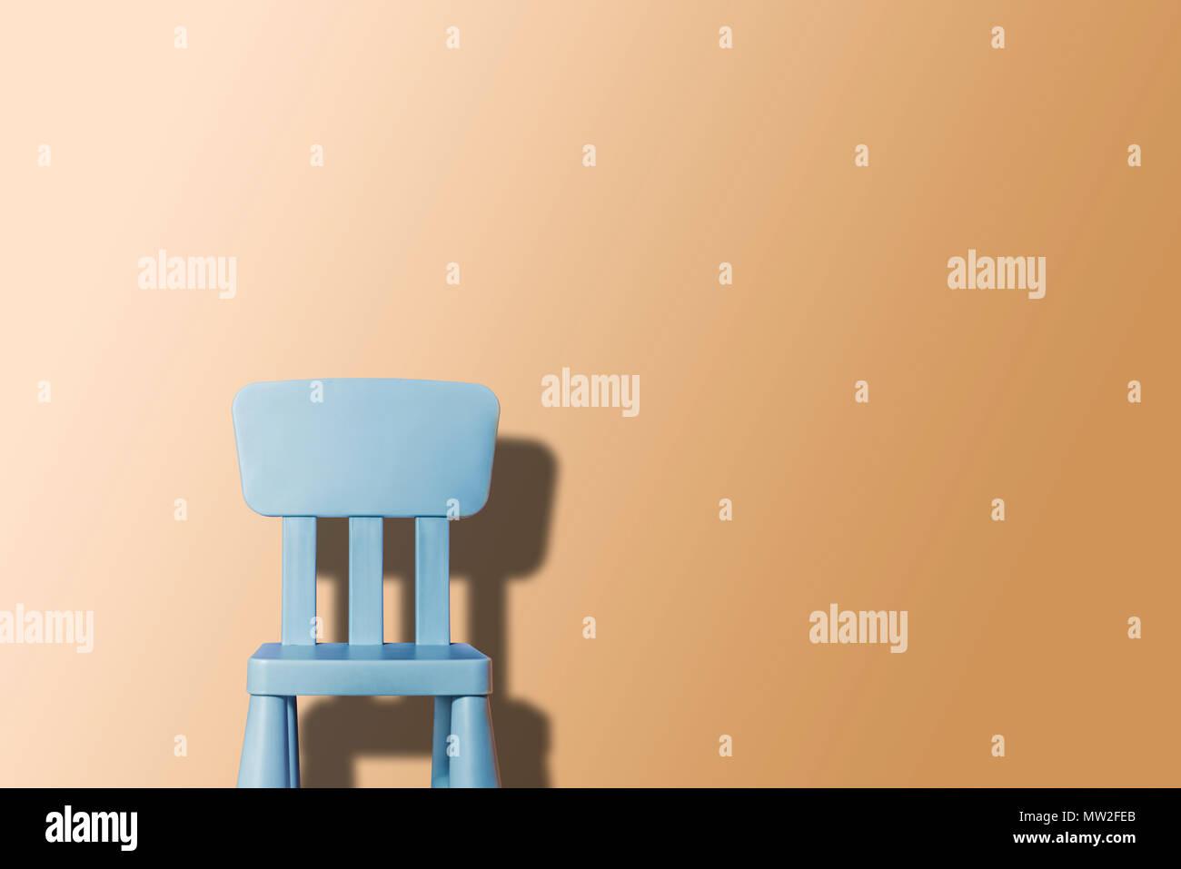 Blau pastell stuhl auf ein pastell hintergrund. pastellfarben