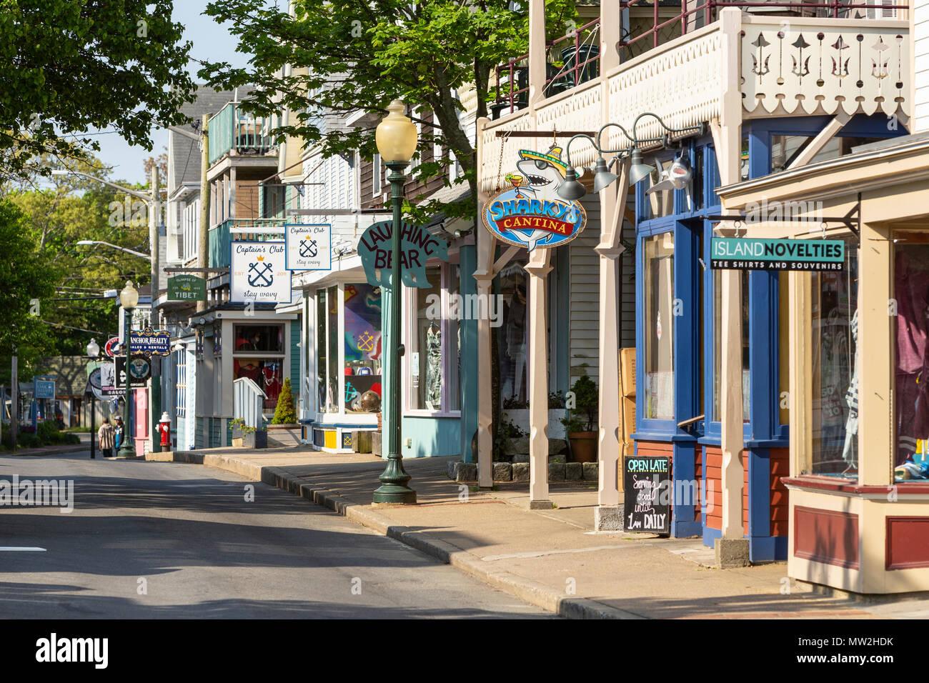 Geschäfte und Restaurants line Circuit Avenue, dem wichtigsten Einkaufsviertel in der Innenstadt von Falmouth, Massachusetts auf Martha's Vineyard. Stockbild