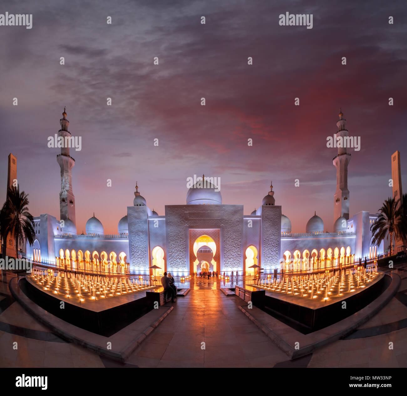 Sheikh Zayed Grand Moschee gegen Sonnenuntergang in Abu-Dhabi, Vereinigte Arabische Emirate Stockbild