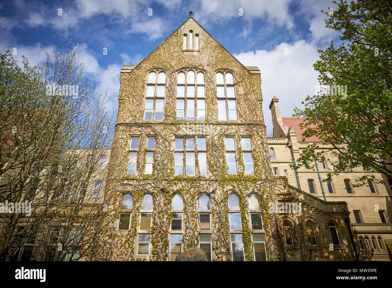 Universität Manchester Beyer Gebäude im alten Viereck traditionelle ältere Sandsteingebäude Stockfoto