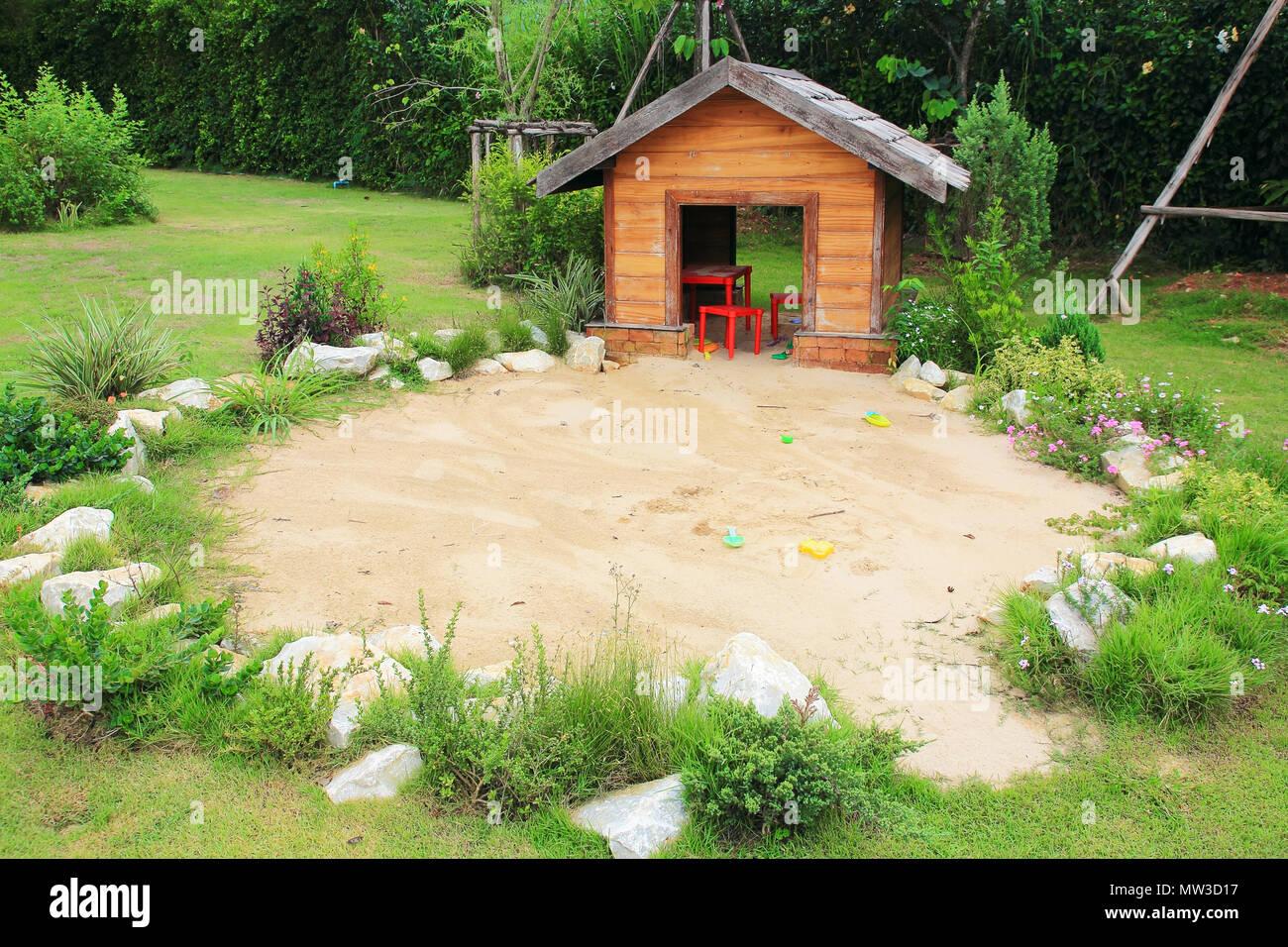 Gut bekannt Spielplatz Sandkasten im Außenbereich im Garten Stockfoto, Bild YO65