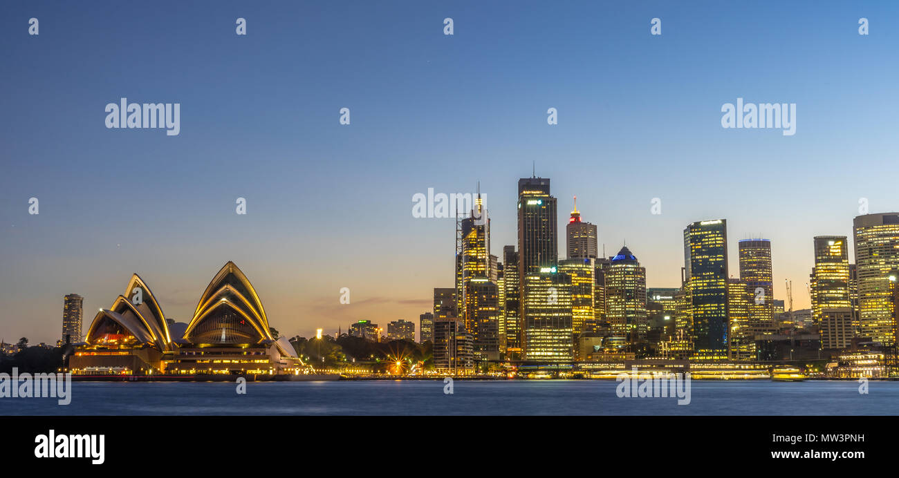 Sydney Opera House mit der Skyline im Sonnenuntergang Stockbild