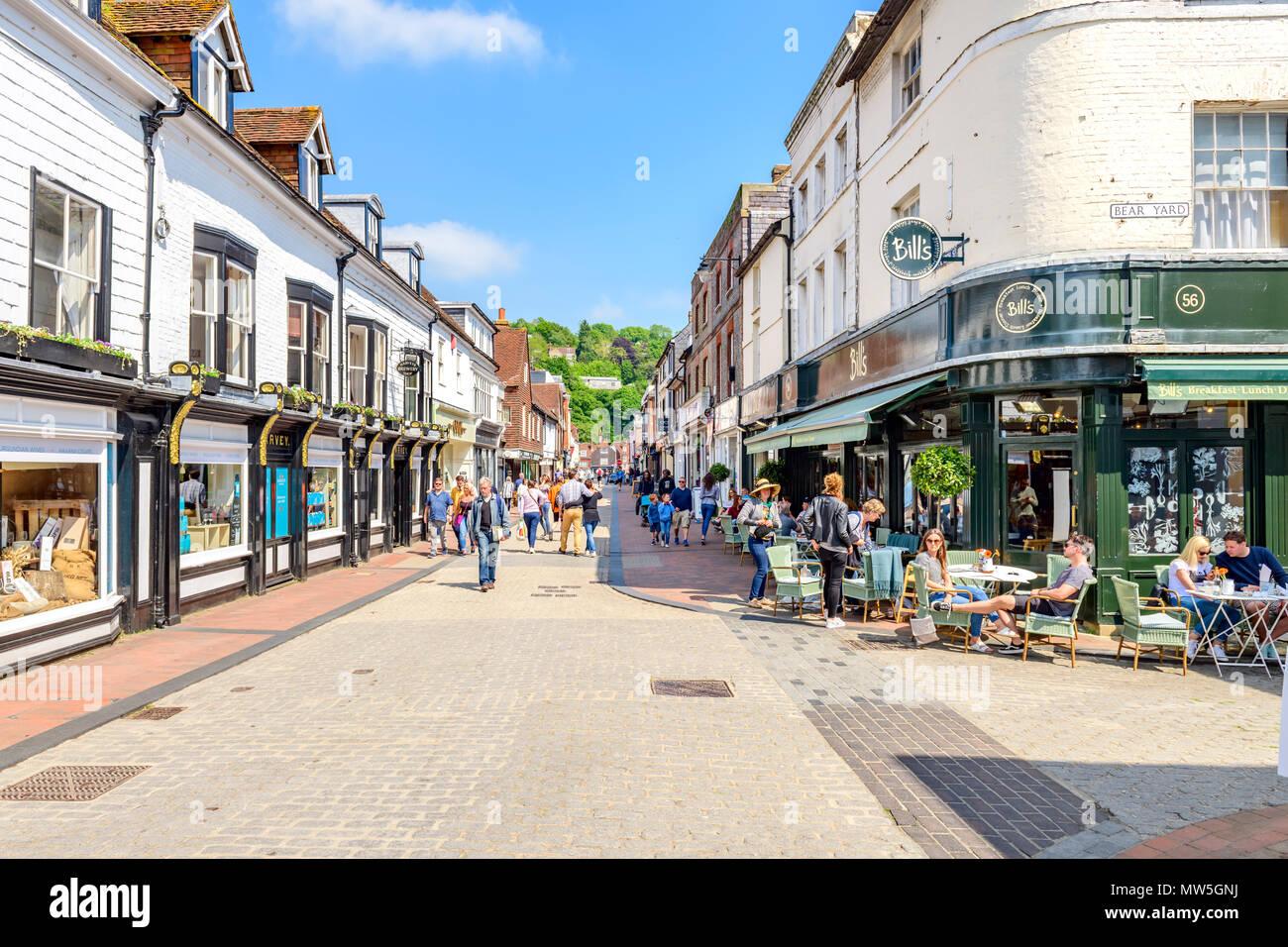 Die High Street, Lewes, einer verkehrsberuhigten Einkaufsstraße Stockbild