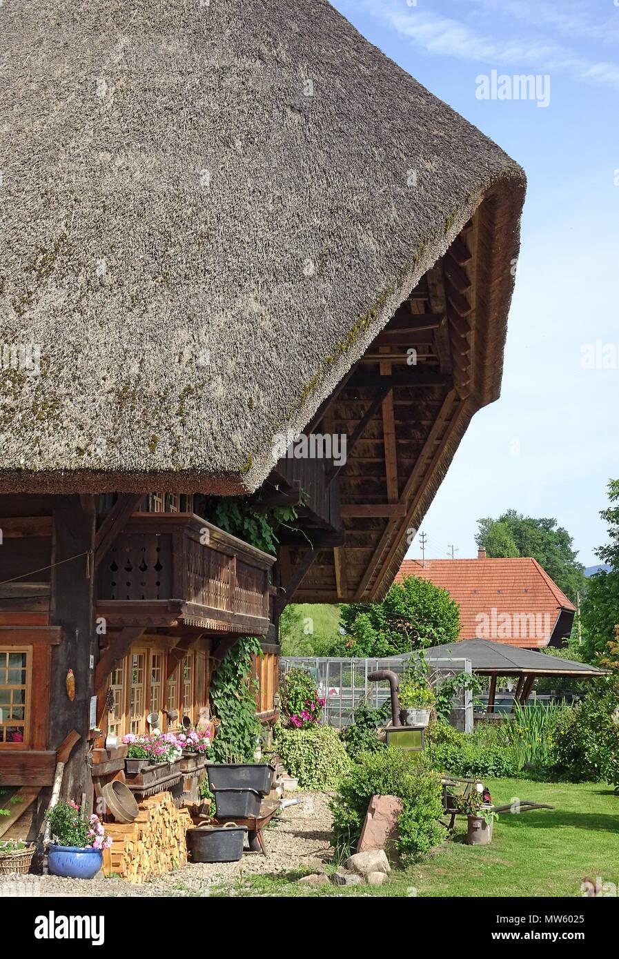 Teilweise mit Blick auf einen alten historischen Schwarzwald Haus mit Vorgarten in Gutach, Schwarzwald, Baden-Württemberg, Deutschland, Europa Stockbild