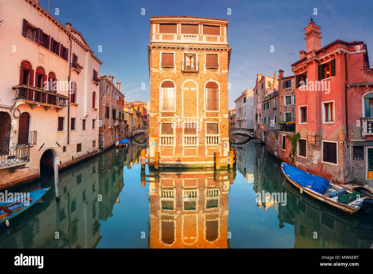 Venedig. Stadtbild Bild der engen Kanäle in Venedig während des Sonnenuntergangs. Stockbild