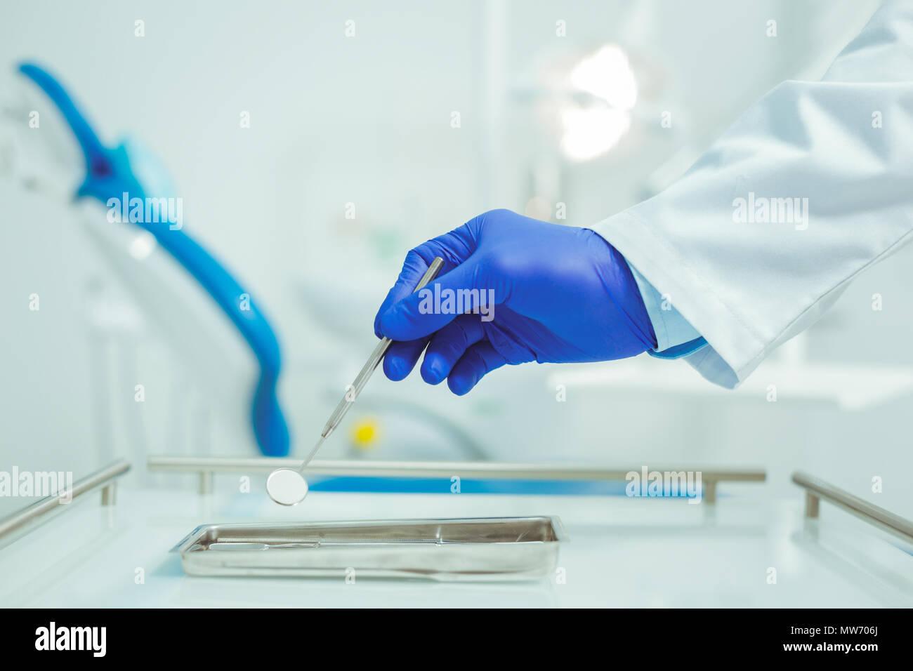 Nahaufnahme der männlichen Hand, die kleinen Glas Stockfoto