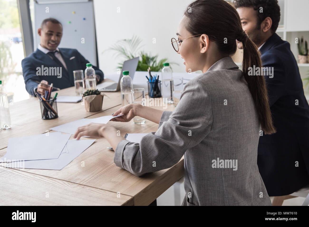 Selektiver Fokus der asiatischen Geschäftsfrau während der Sitzung im Büro Stockbild