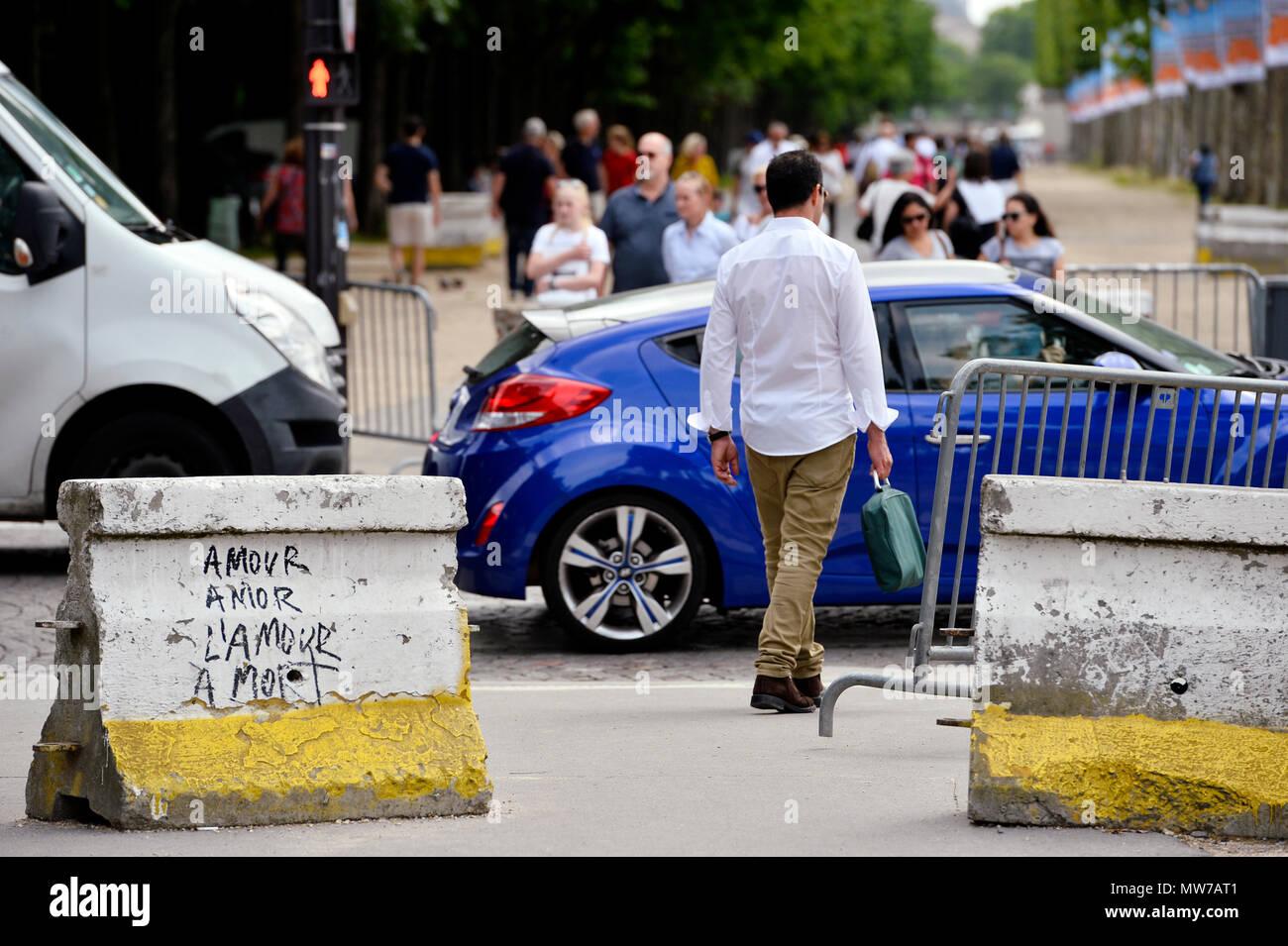 Sicherheit Poller auf Les Champs Elysées - Paris - Frankreich Stockfoto