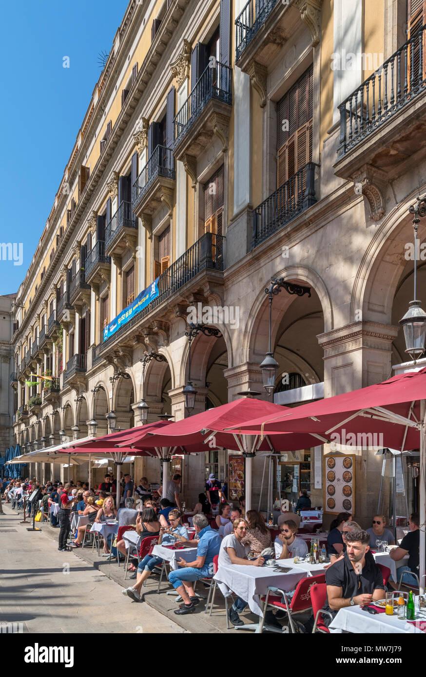 Plaça Reial in Barcelona. Touristen außerhalb ein Cafe auf der Plaça Reial, Barri Gotic, Barcelona, Katalonien, Spanien. Stockbild