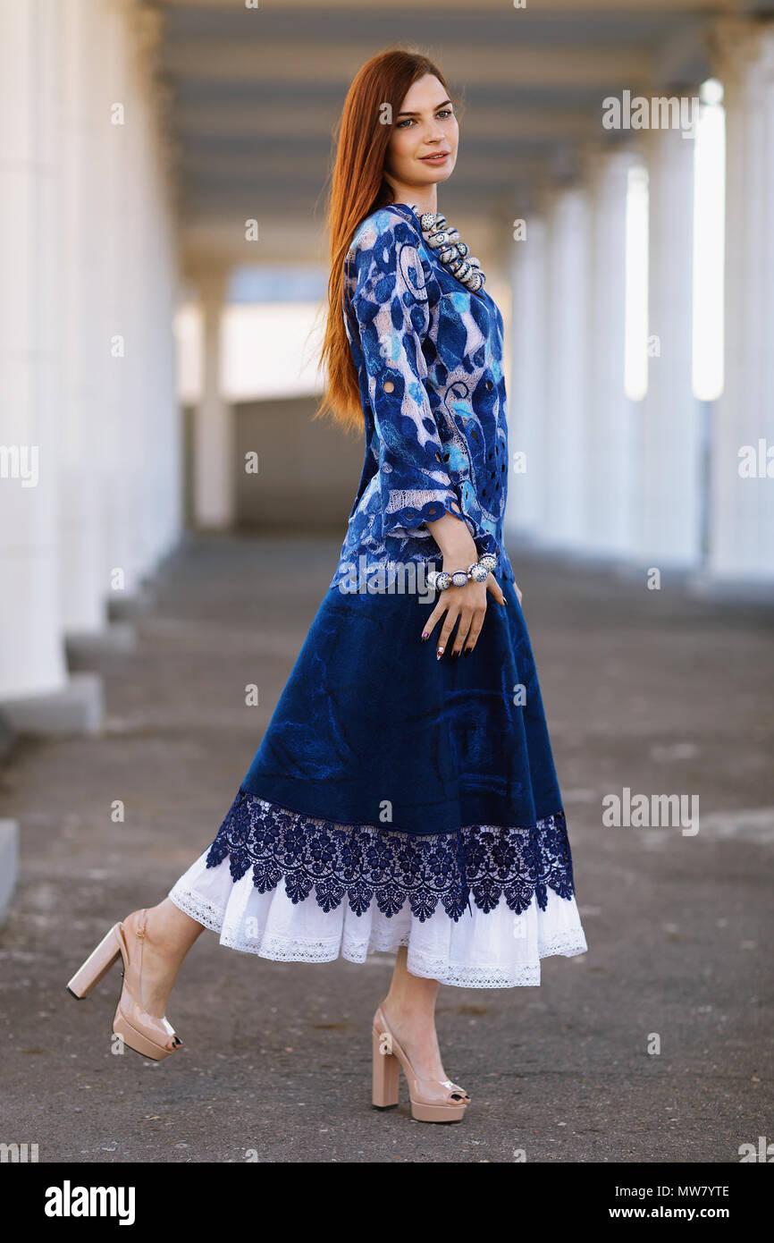 Stilvolle schöne Mädchen in Designer Kleidung. Sie trug eine ...