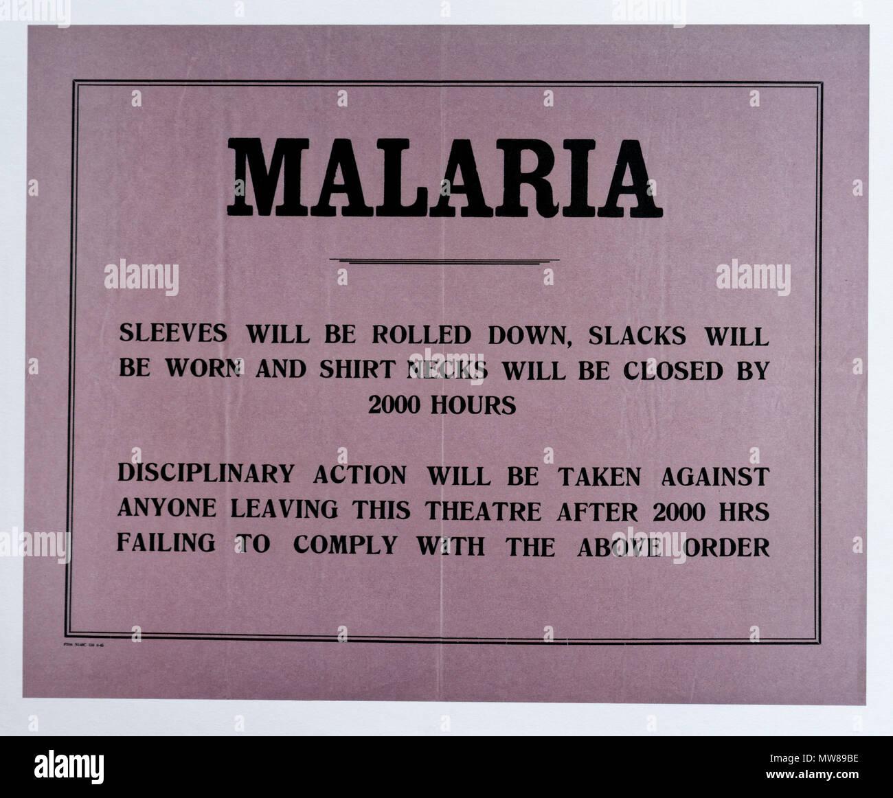 Ein zweiter Weltkrieg Aushang mit Rat auf, wie man die Gefahr von Malaria zu reduzieren, und bedrohliche Disziplin auf diejenigen, die nicht den Rat befolgen Stockbild