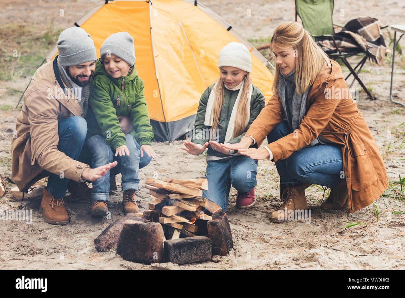 Familie Erwärmung mit Lagerfeuer, während Trip auf Herbst Tag Stockbild