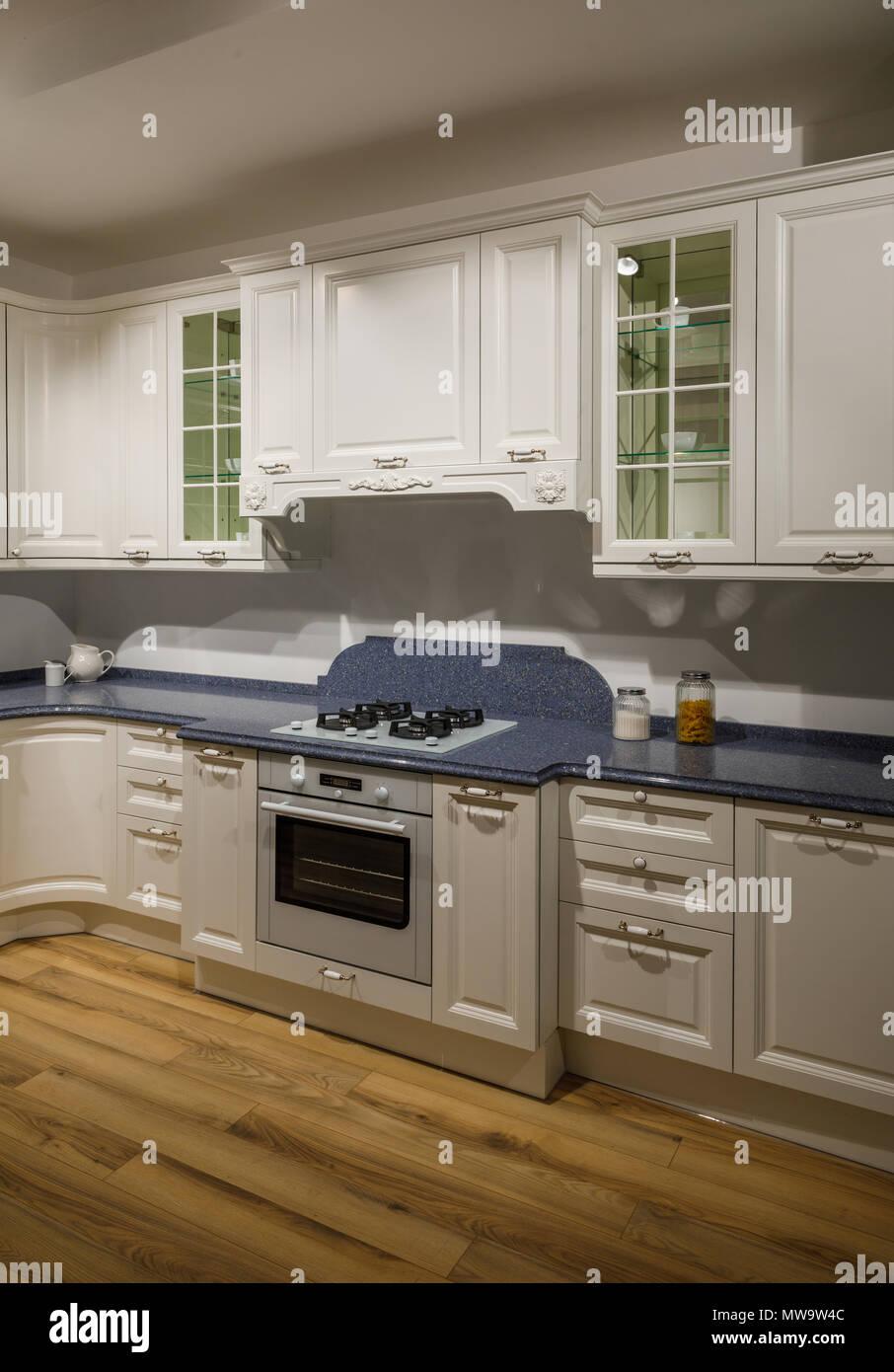 Wunderbar Innenraum Der Modernen Küche Mit Weißen Schränke Stockbild