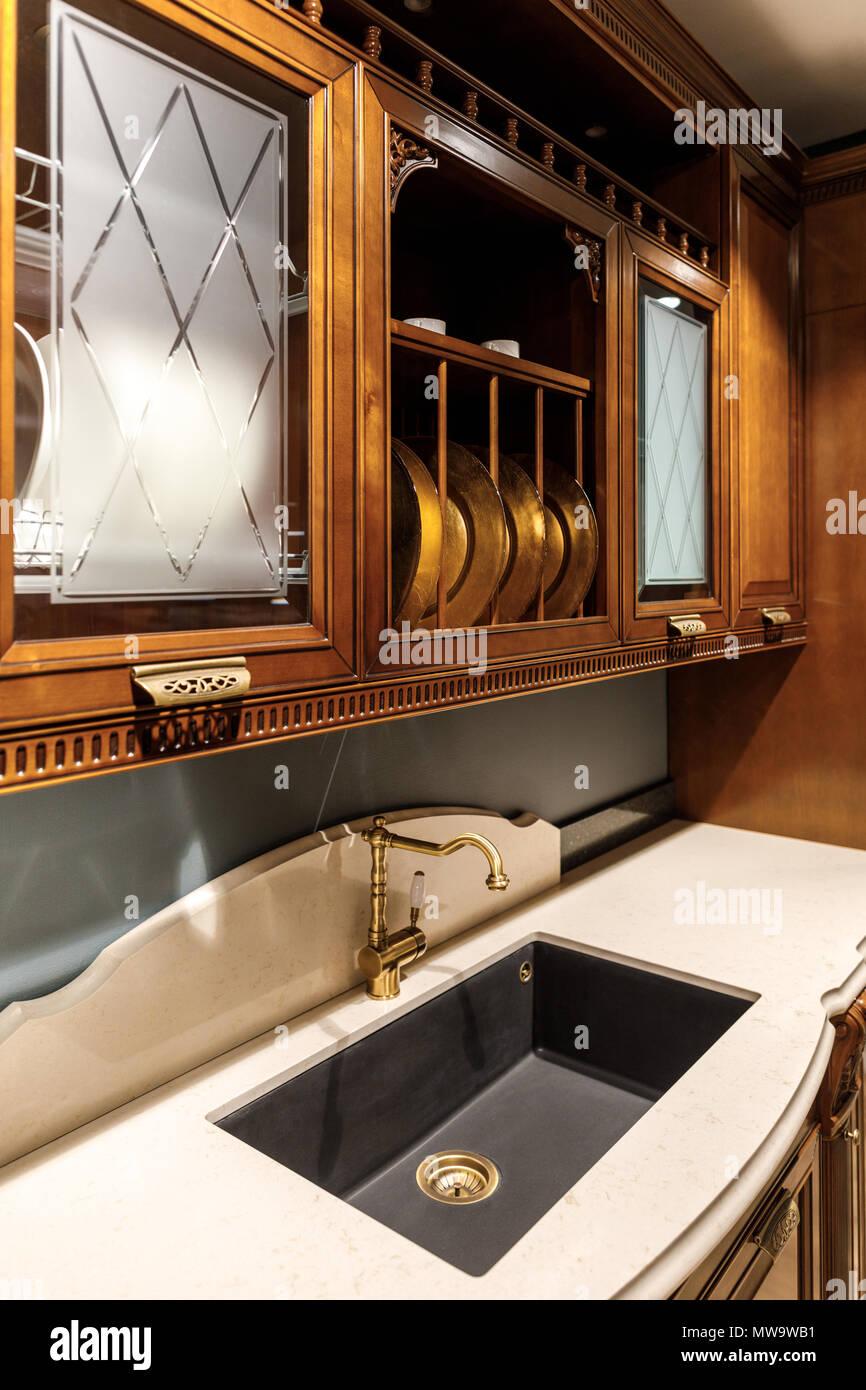 Innenraum der modernen Küche mit Vintage Style Waschbecken ...