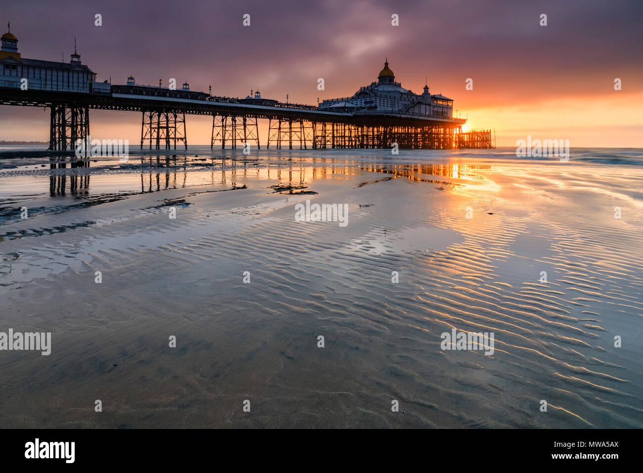 Eastbourne Pier in East Sussex bei Sonnenaufgang erfasst Stockbild