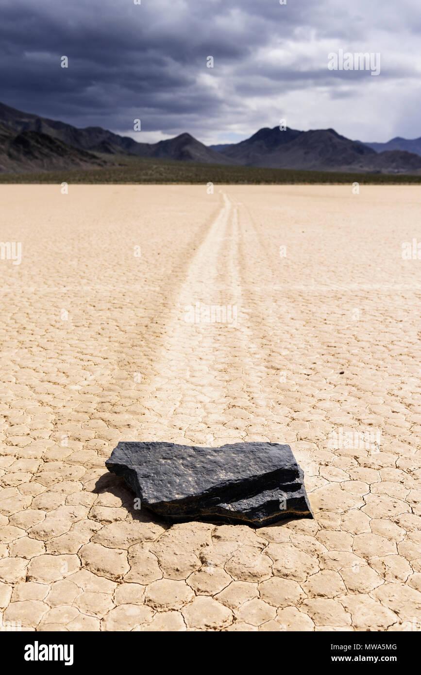 Die geheimnisvolle beweglichen Steine des Death Valley Rennstrecke. Stockbild