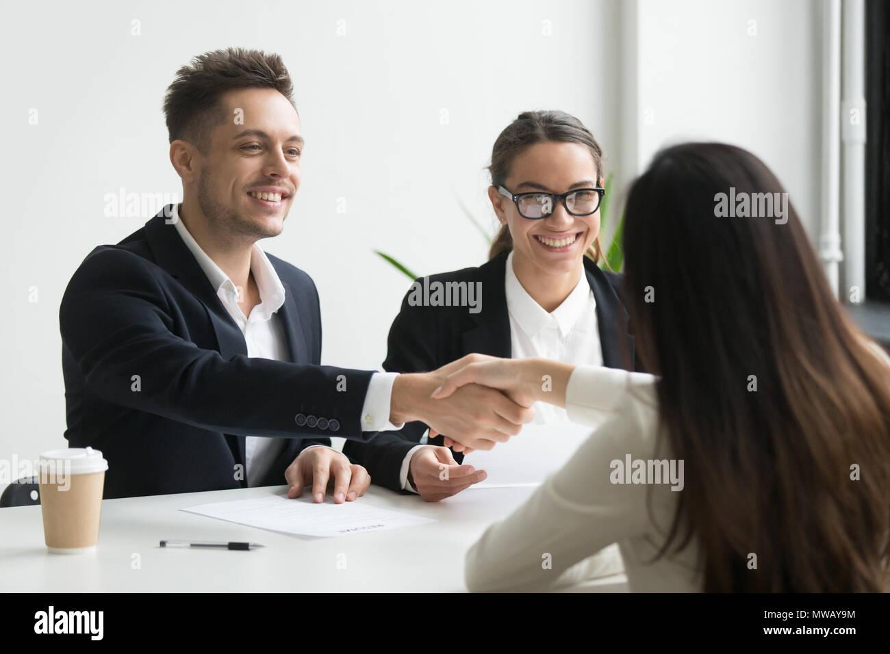 Lächelnd hr manager Handshaking angestellt weibliche Bewerber bei der int Stockbild