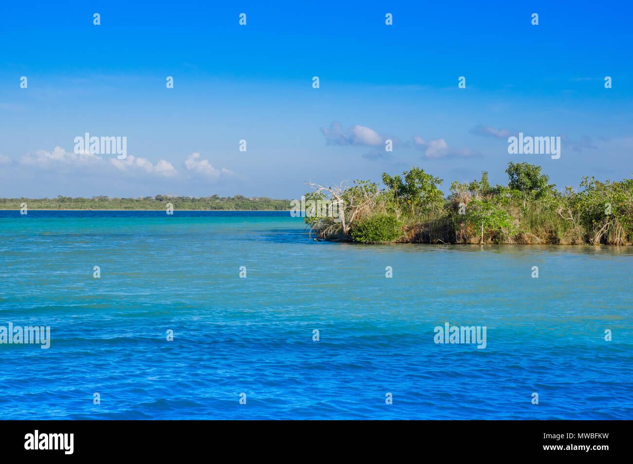 Laguna De Bacalar Lagune In Maya Mexiko Quintana Roo Sieben Farbe
