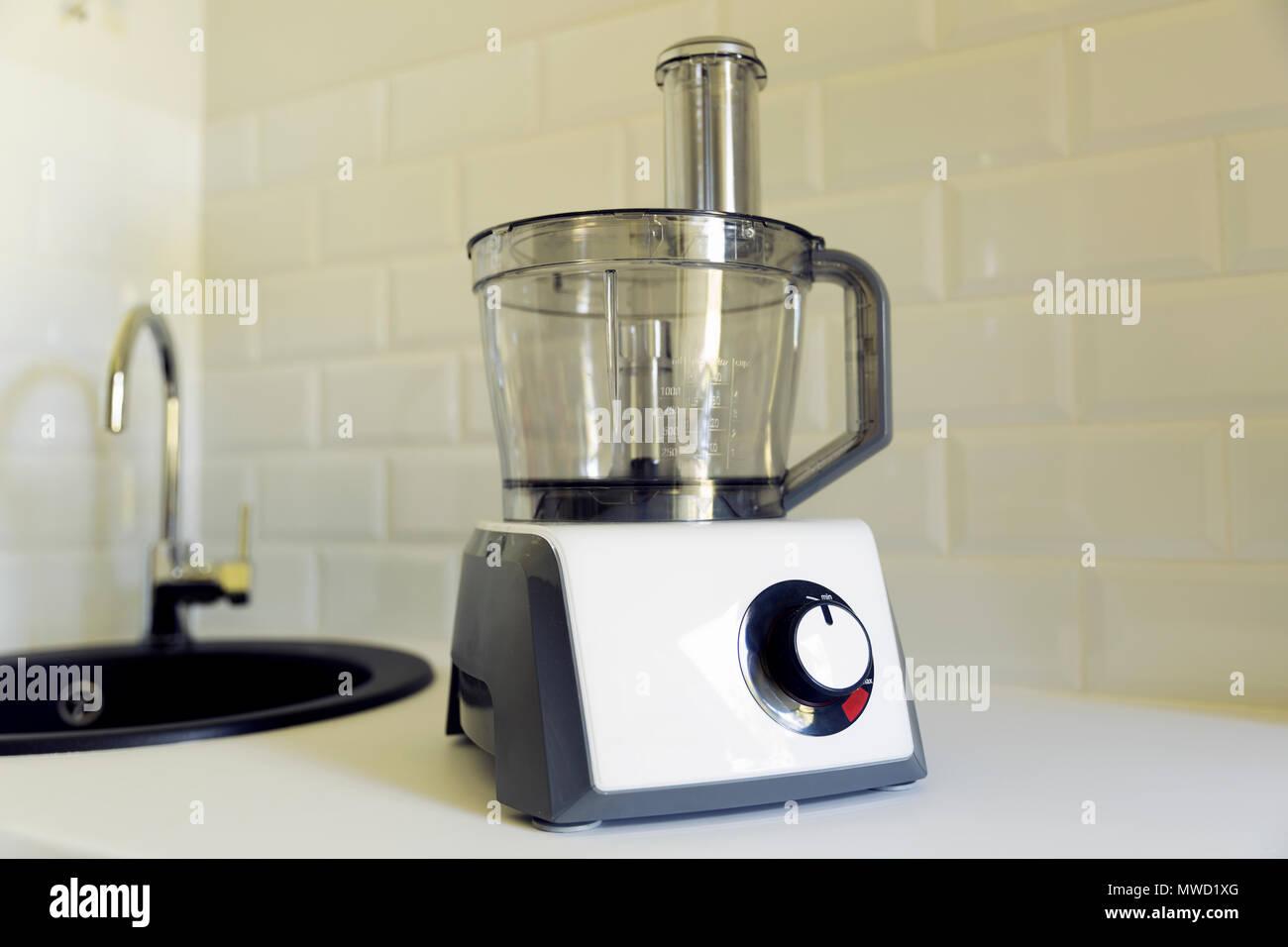 Elektrische Küchenmaschine auf Küche Arbeitsplatte, Spüle im ...