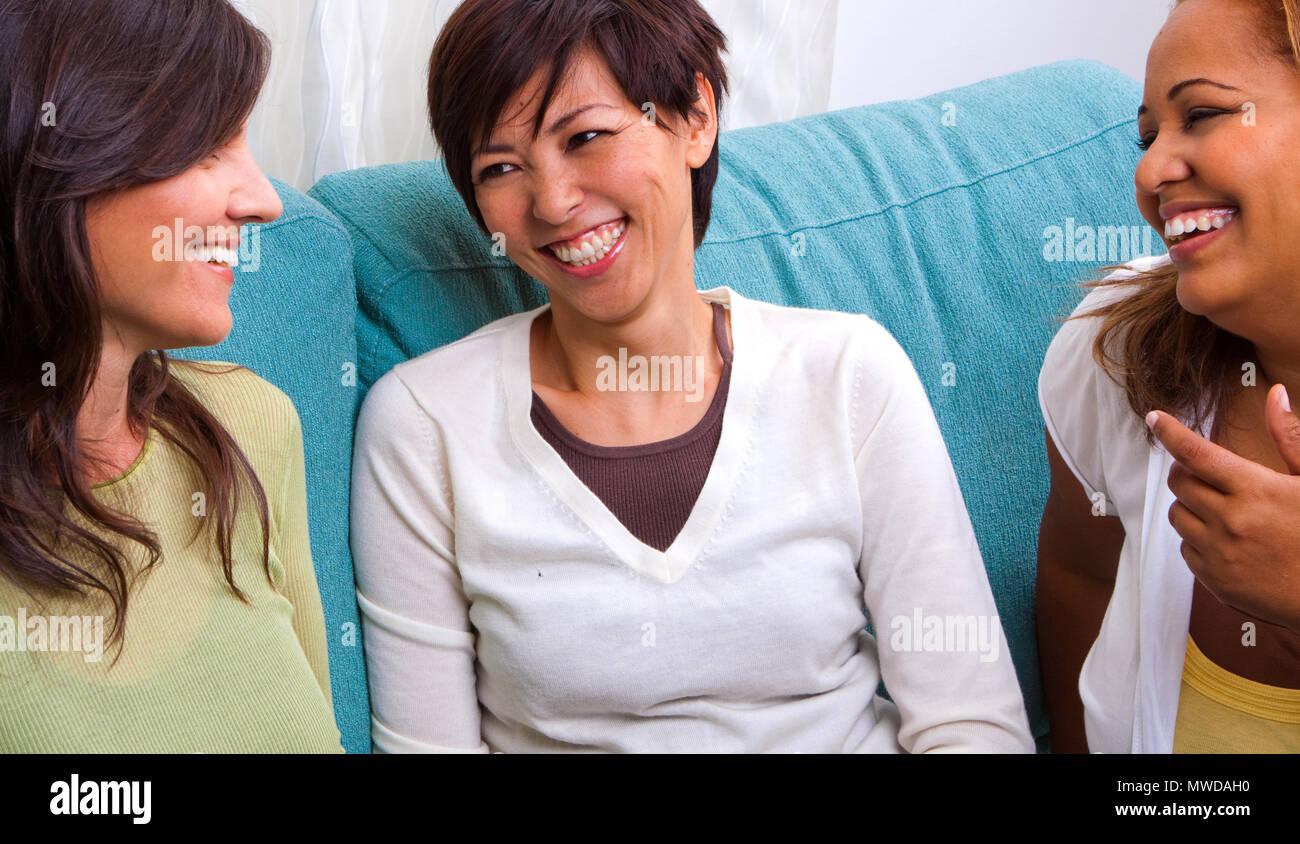 Heterogene Gruppe von Frauen reden und lachen. Stockfoto