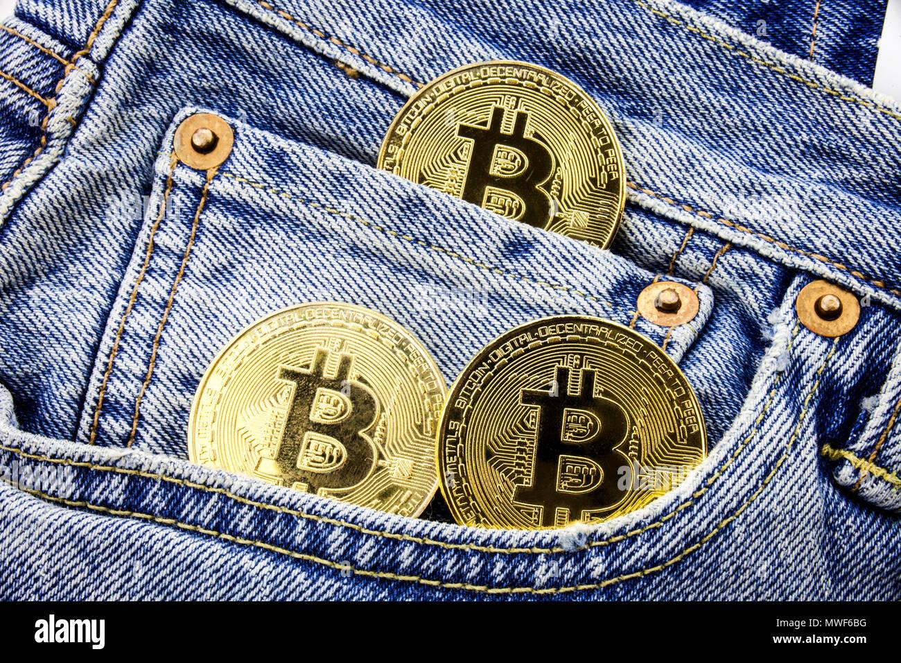 Drei Goldene Bitcoin Münzen Auf Die Taschen Der Jeans Konzept Der