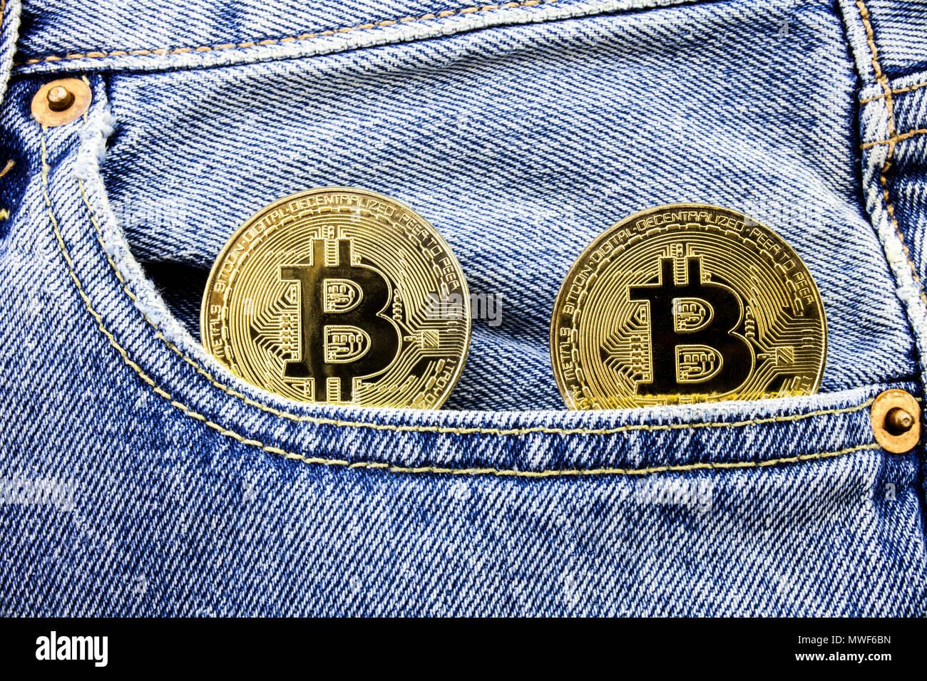 Zwei Goldene Bitcoin Münzen Auf Die Taschen Der Jeans Konzept Der