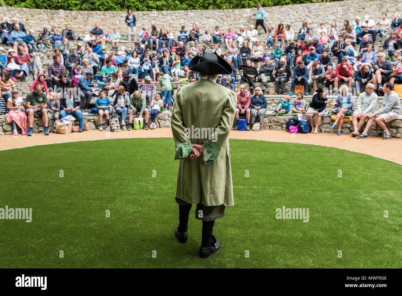 Handeln - gweek Spieler in einer Leistung der Piraten von Trebah im Trebah Garten Amphitheater in Cornwall. Stockbild