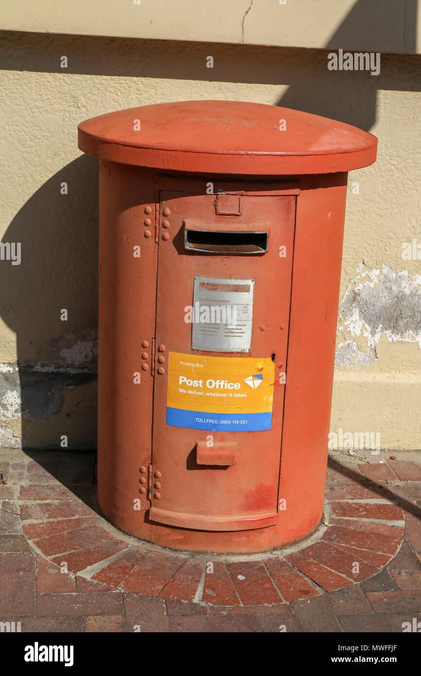 Red mail box, Hermanus, Garden Route, Südafrika, Stockbild
