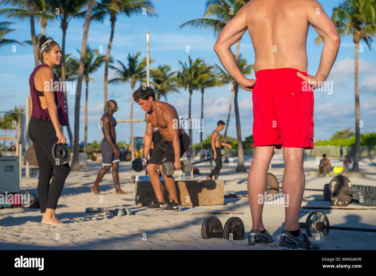 MIAMI - Dezember 29, 2017: Muskulöse junge Männer trainieren Sie im Fitnessbereich im Freien als Muscle Beach in Lummus Park bekannt. Stockbild