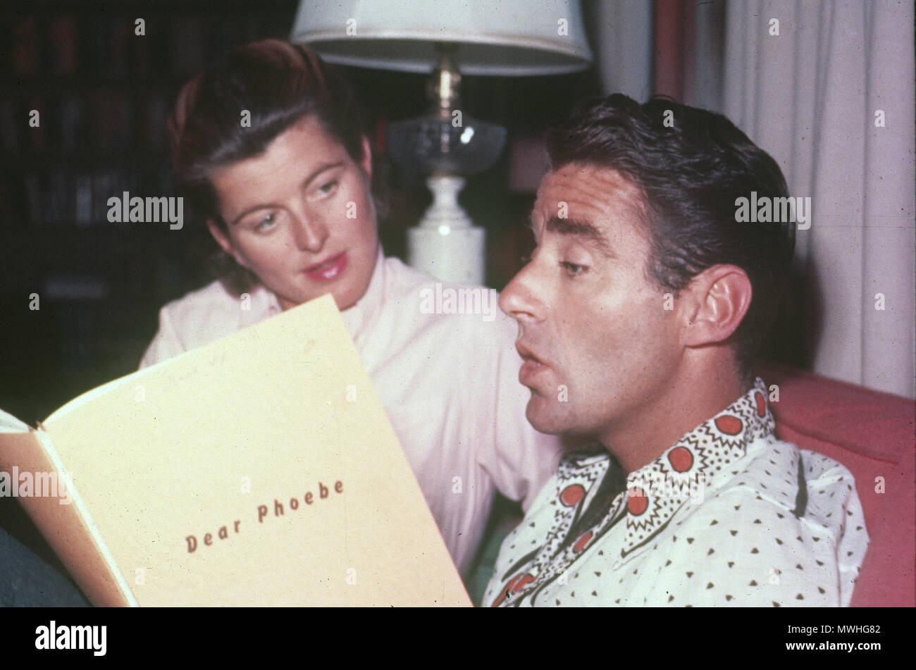 PETER LAWFORD (1923-1984), Anglo-amerikanische Schauspieler mit seiner ersten Frau Patricia im Jahr 1954. Er liest das Skript zu seinem Film Liebe Phoebe produziert, das Jahr. Stockbild