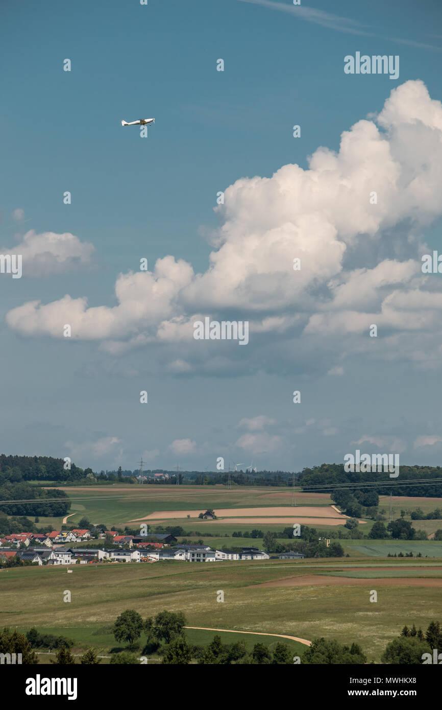 Kleines Flugzeug nähert und die grüne deutsche Landschaft Stockbild