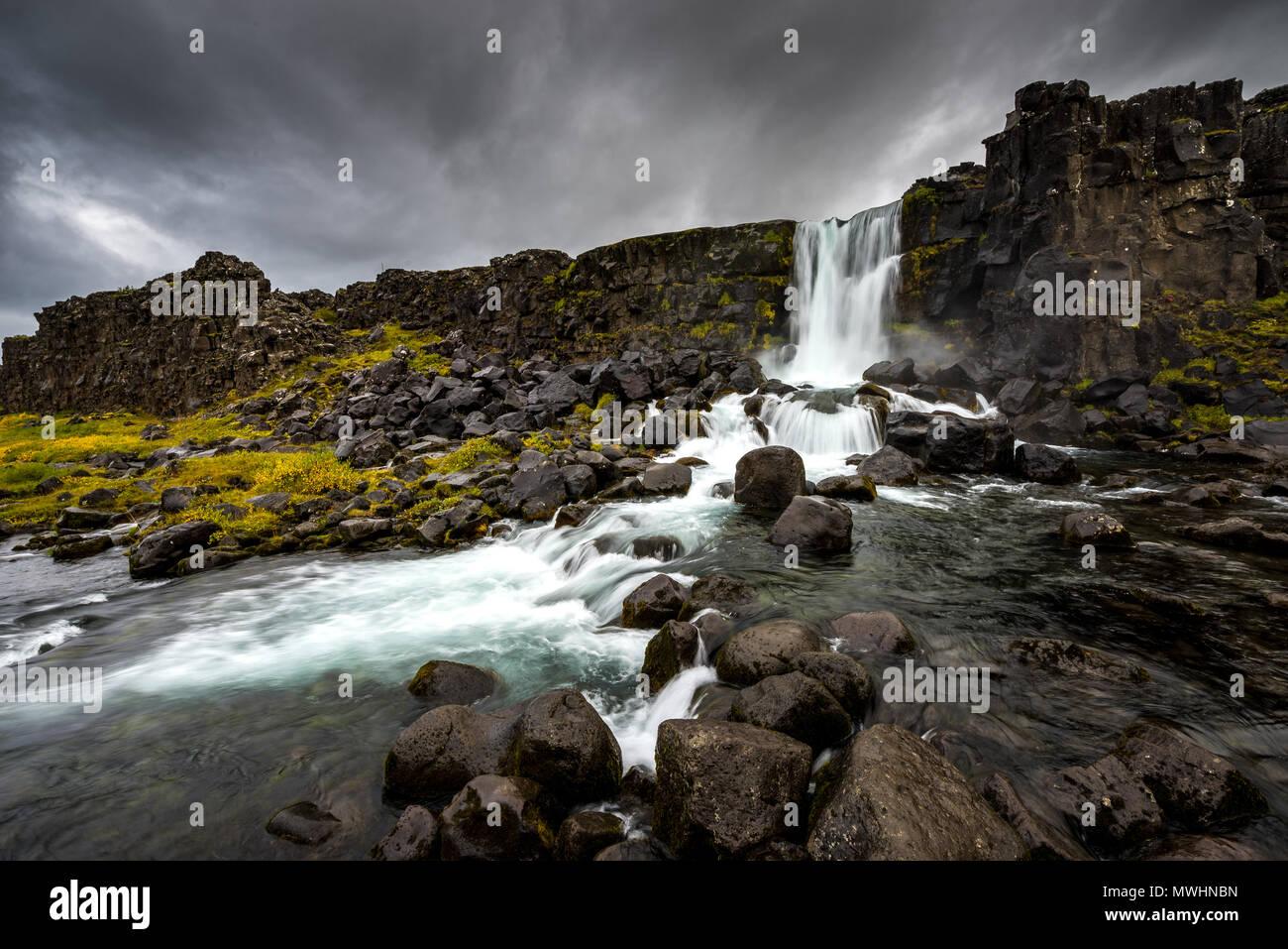 Der erste von unzähligen Wasserfällen wir in Island aufgetreten Stockbild
