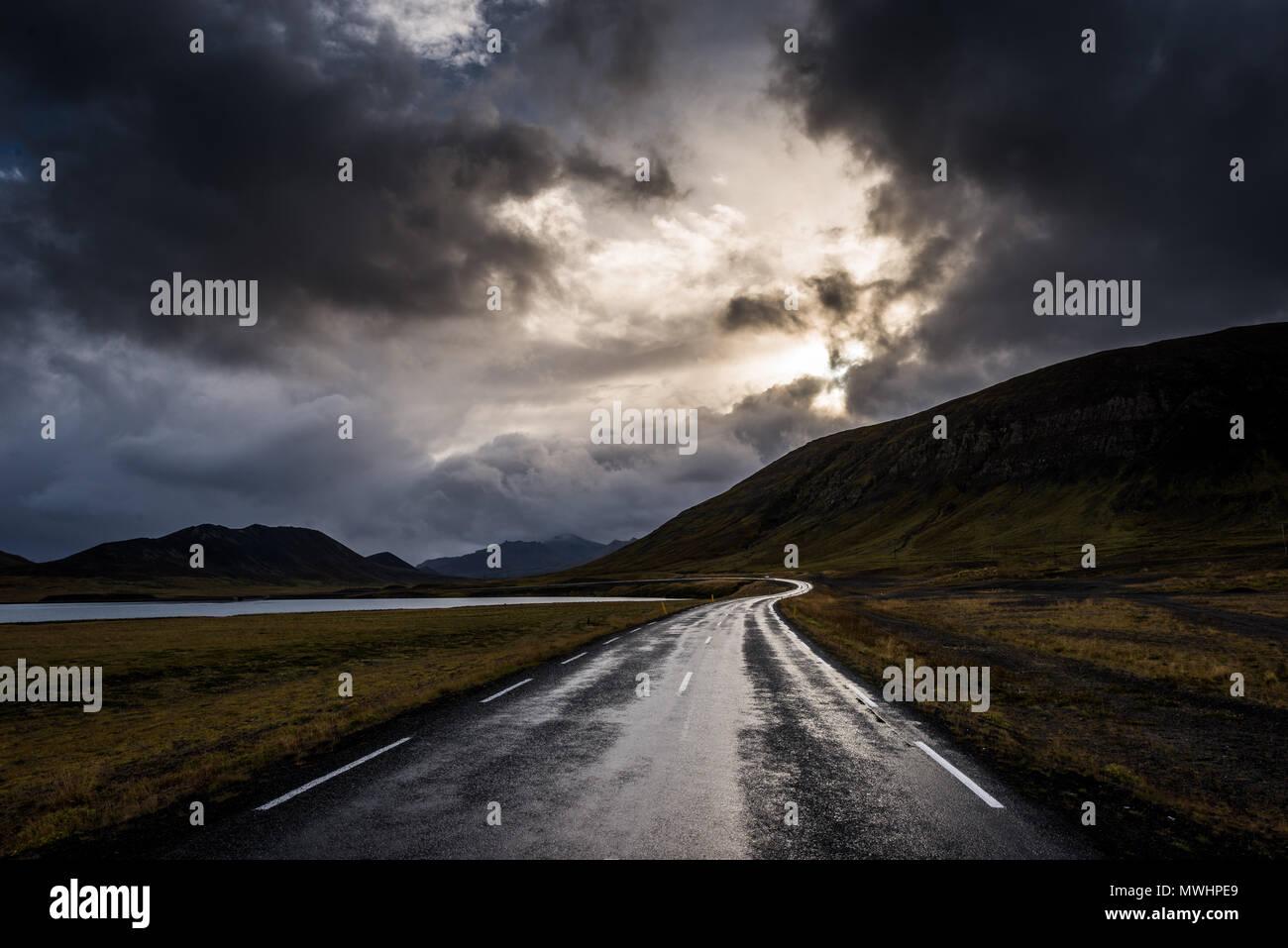 Eine Straße auf die isländische Halbinsel Snaefellsnes an einem regnerischen Morgen Stockbild