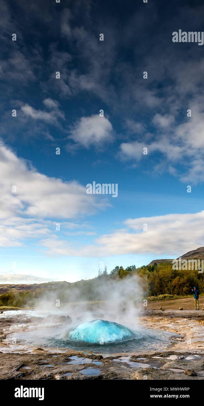 Vor der Eruption Blase der Strokkur Geysir im Geysir, Island Stockbild