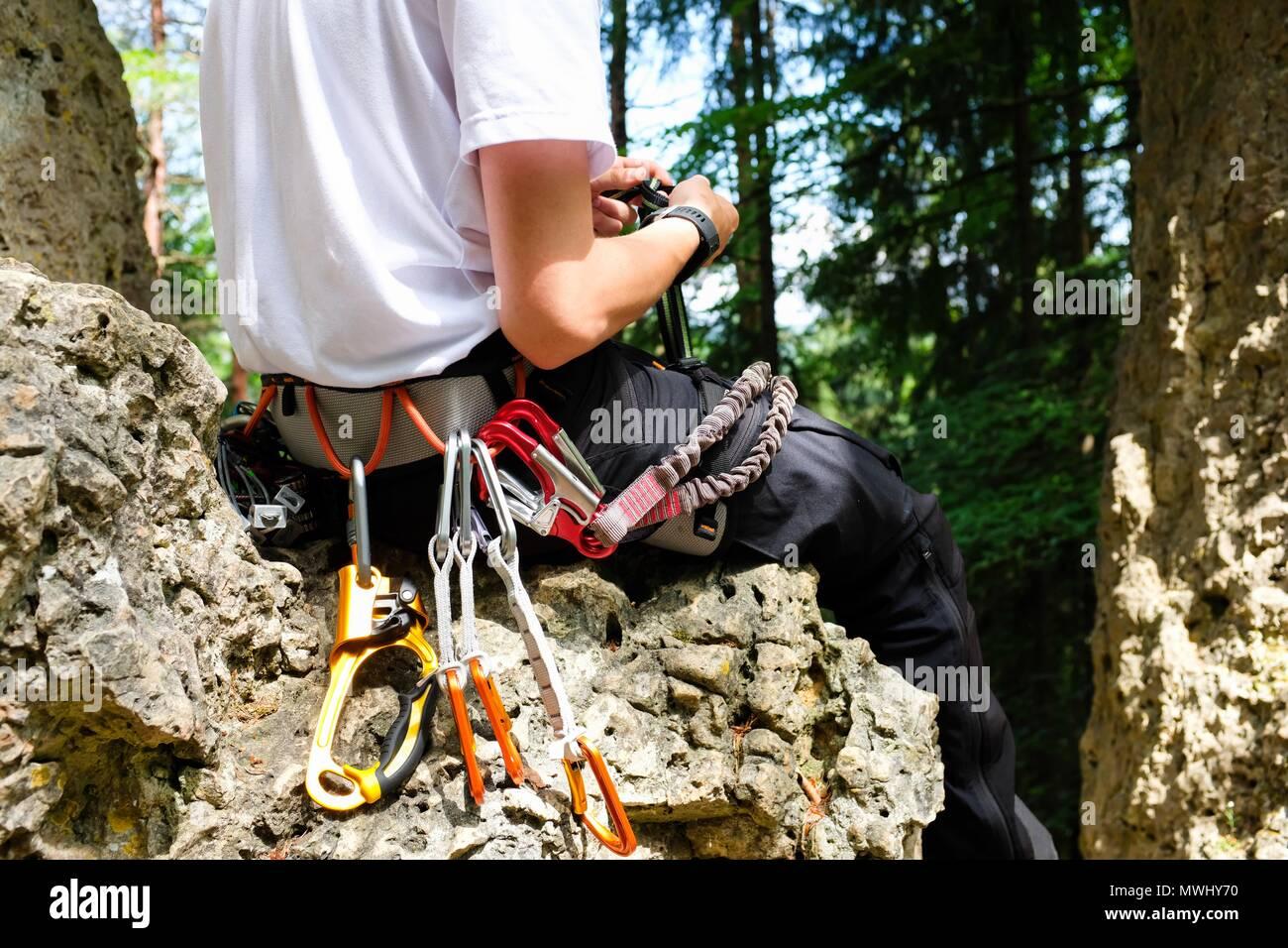 Kletterausrüstung Prüfen : Mann mit kletterausrüstung und ausstattung auf einem felsen
