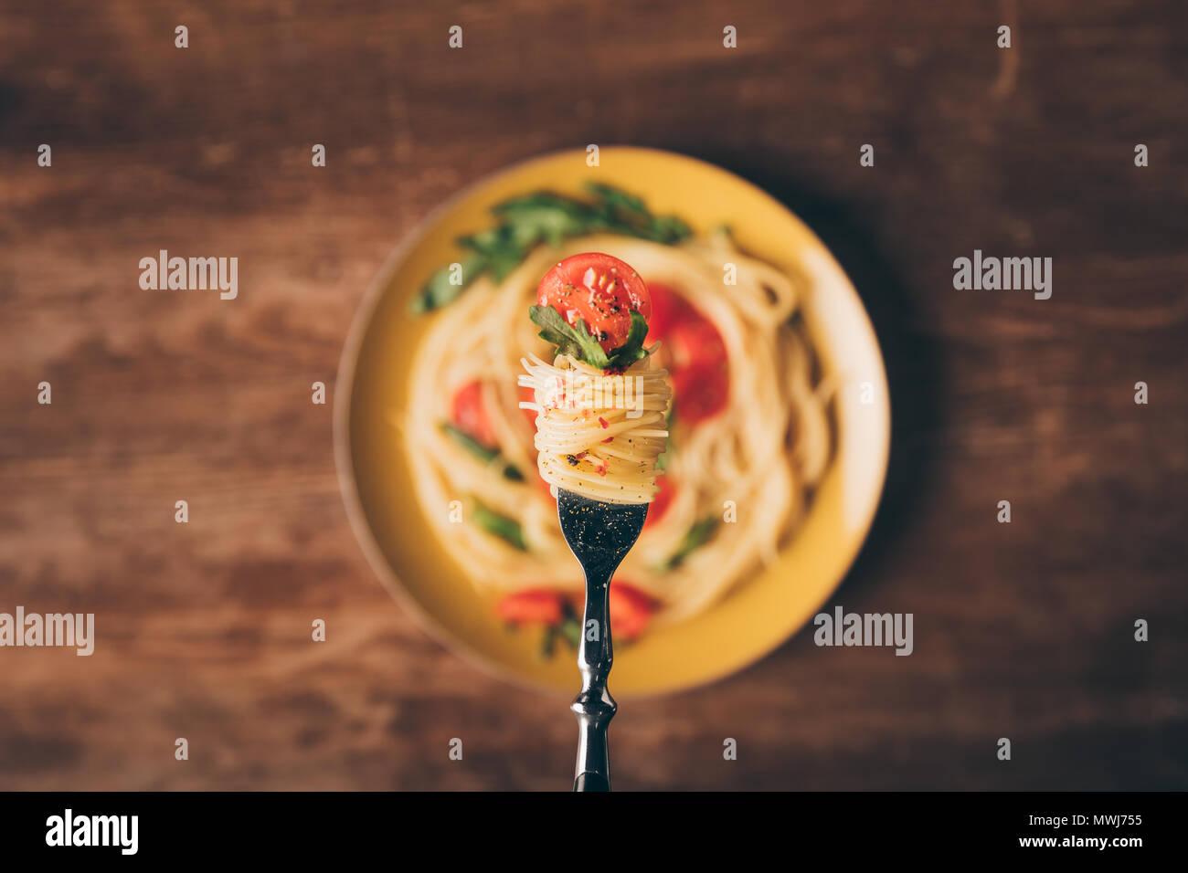 Selektiver Fokus der traditionellen italienischen Nudeln auf die Gabel Stockbild