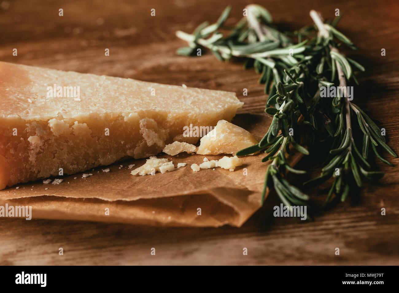 Nahaufnahme der Parmesan und frischem Rosmarin auf hölzernen Tischplatte Stockbild