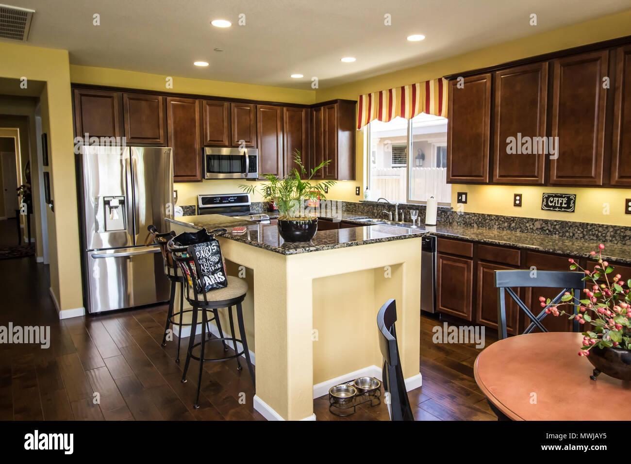 Granit Küche   Moderne Aus Granit Kuche Mit Insel Bar Stockfoto Bild 187873817