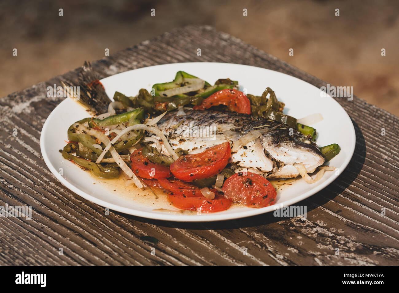 Gegrillte Tilapia Und Sommer Gemuse Zwiebeln Tomaten Und Paprika